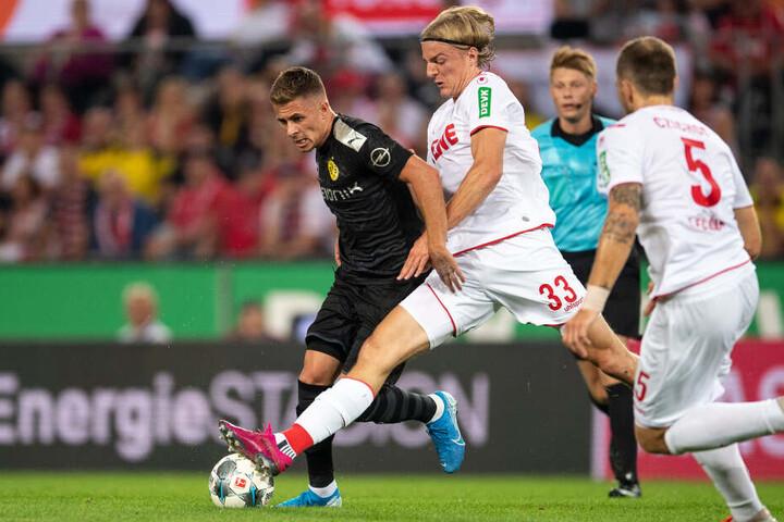 Zwei Belgier im Duell: Dortmunds Hazard (l.) und der Kölner Bornauw.