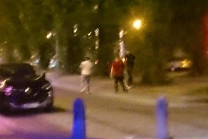 Bild 2: Alle drei Tatverdächtigen entfernen sich vom Tatort.