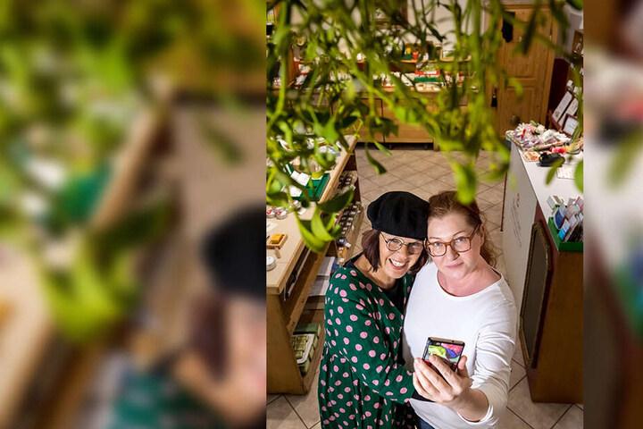 Das schönste Selfie unterm Mistelzweig wird belohnt: Silke Koppe (55, l.) und Michaela Meindl (45) machen in der Salbenmanufaktur mit.