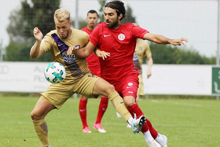 """Pascal Köpke (l., gegen Antalyaspors Sakib Aytac) ist immer für ein Tor gut. Trotzdem wäre ein echter """"Knipser"""" für die """"Veilchen"""" sehr hilfreich."""