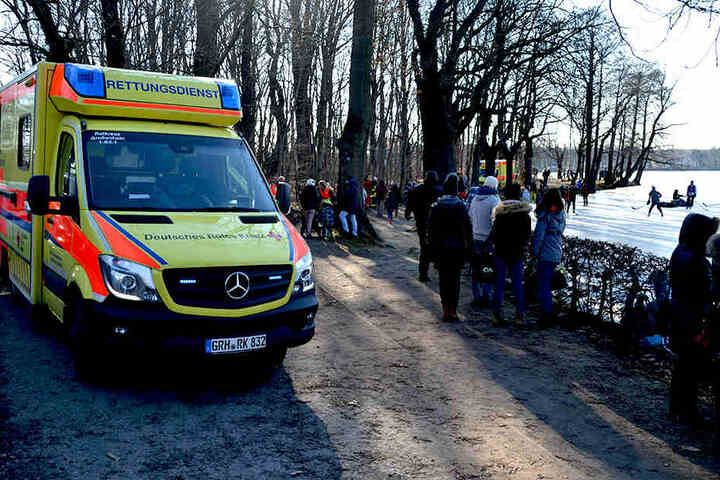 Eis-Wahnsinn in Moritzburg: Der Rettungsdienst musste sich Sonntagnachmittag um mindestens acht Menschen kümmern, die in den Schlossteich eingebrochen waren.