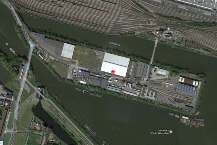 Die Bereitschaftspolizei der Hamburger Polizei durchsuchte ein Werksgelände in Hamburg-Veddel.