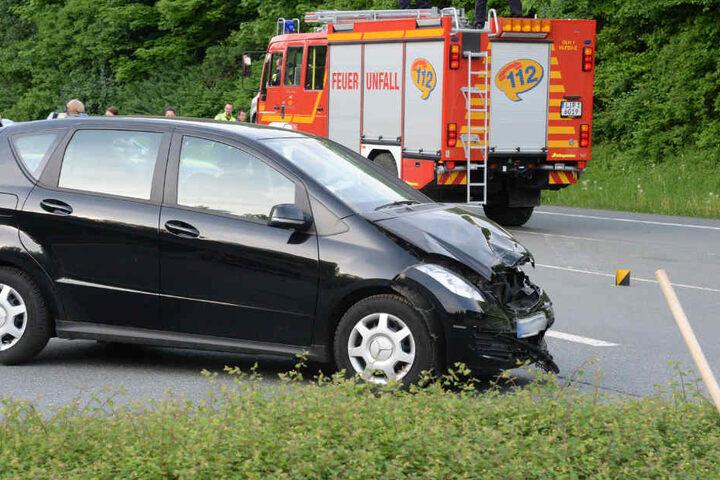 Die Insassen des Mercedes wurden schwer verletzt.