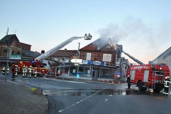 Zwei Bewohner wurden bei dem Brand verletzt.