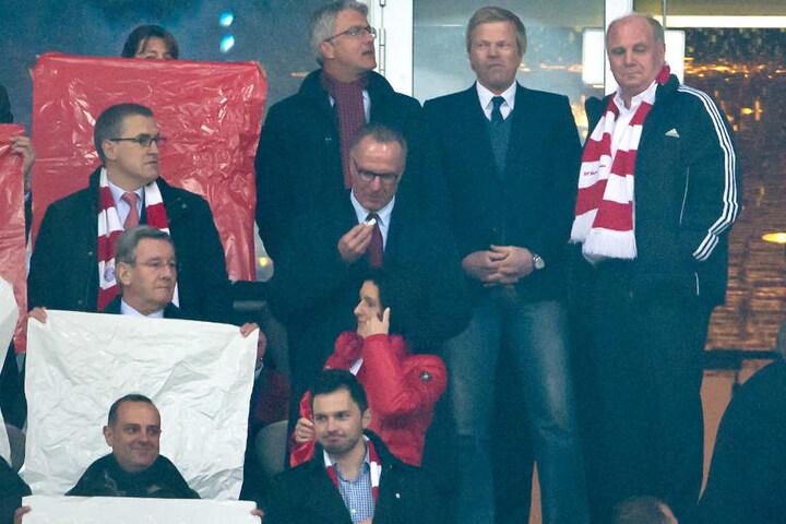Oliver Kahn (2.v.r.) scheint offenbar ein ernsthafter Kandidat für den FC Bayern zu sein. (Archivbild)