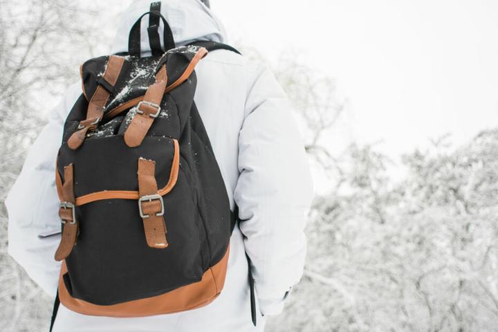 Das Täter-Trio raubte den Rucksack des jungen Mannes, indem sich Sportausrüstung befand. (Symbolbild)