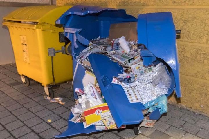 Lebensretter Papier-Container: Durch die Fallwucht wurde die blaue Tonne völlig zerfetzt.