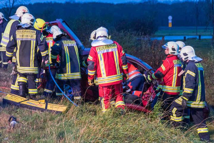 Die Feuerwehr brauchte rund 40 Minuten um den Fahrer zu befreien.