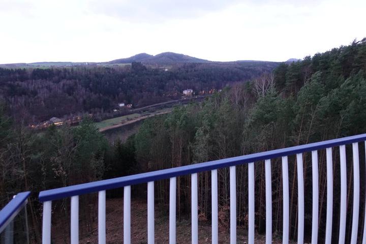 Schöne Aussicht auf das Tal bis zum Bahnhof Krippen hin. Hier sehen wir unter anderem die Dorfkirche von Papststein und den Kleinhennersdorfer Stein sowie die Festung Königstein.