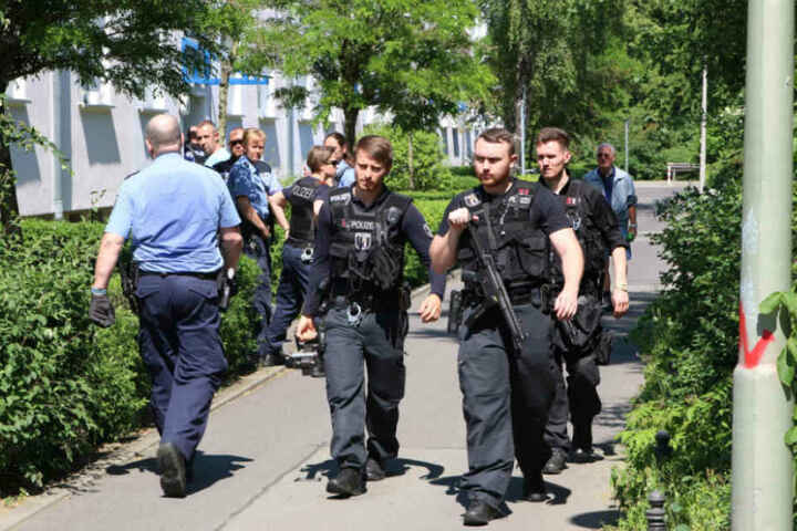 Mit Rammbock und schweren Waffen gingen die Polizisten vor.