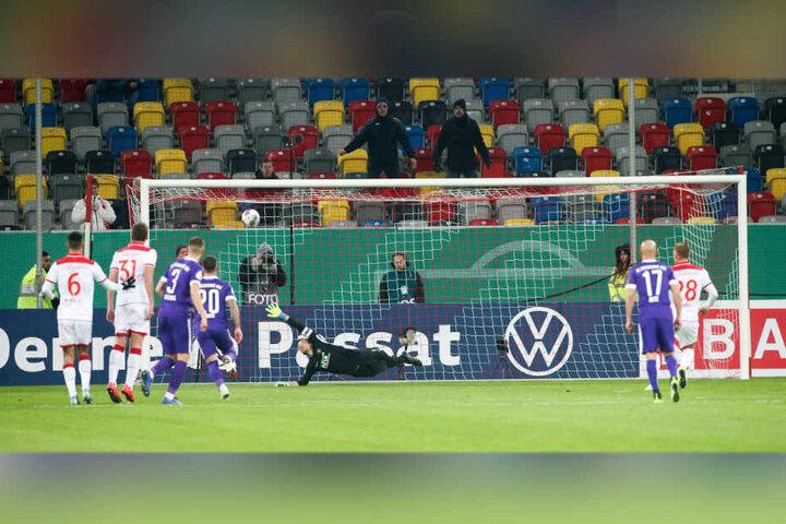 Der Knackpunkt im Spiel: Rouwen Hennings (r.) verwandelt den Elfmeter sicher gegen Martin Männel zum 1:1-Ausgleich.