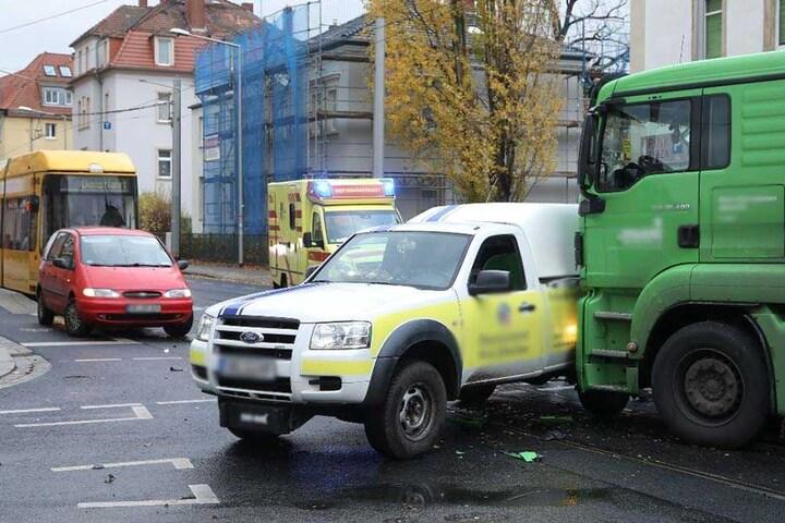 Der Unfall legt den Verkehr auf der Kreuzung lahm.