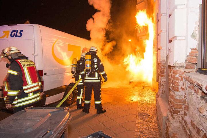 Nachdem Passanten versuchten, den Brand in Schach zu halten, löschte die Feuerwehr den Brand.