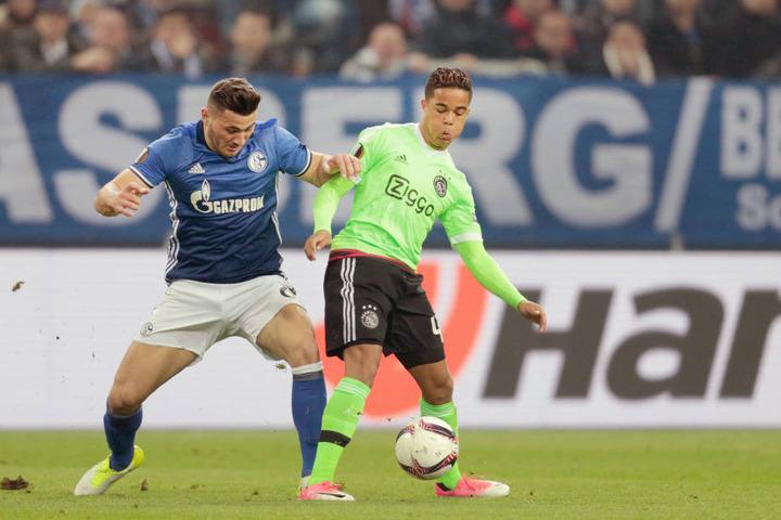 Justin Kluivert (r., hier im Europa-League-Spiel gegen Schalke 04) soll nach dem Bericht eines Transfer-Experten bald ein Angebot von RB Leipzig vorgelegt bekommen.