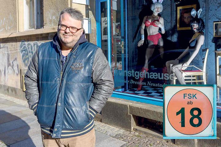 """Aufreizend! Lasziv """"gekleidete"""" Schaufensterpuppen lassen schon ahnen,  worum's dahinter geht: Galerist Mario Pitz (46) vorm """"Kunstgehaeuse-Schaufenster."""