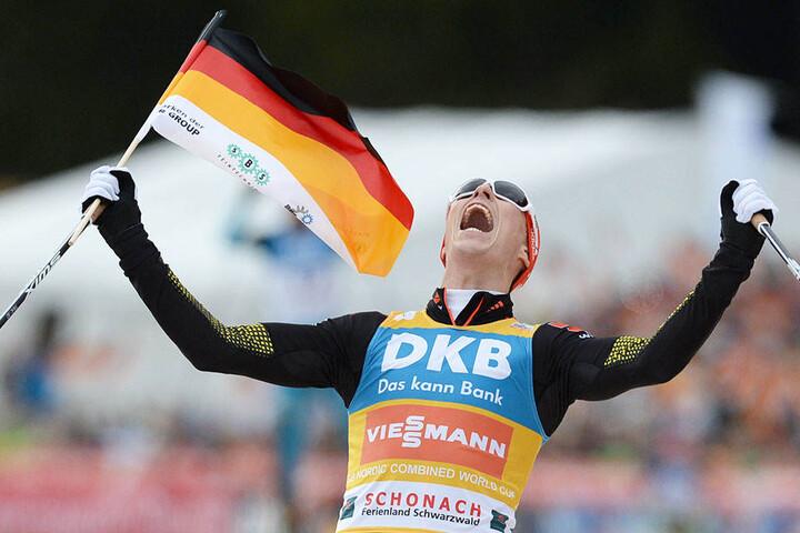Eric Frenzel (29) siegt bei einem Weltcup und jubelt über den Erfolg.
