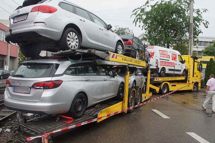 Der Autotransporter blockierte stundenlang die Hedelfinger Straße.
