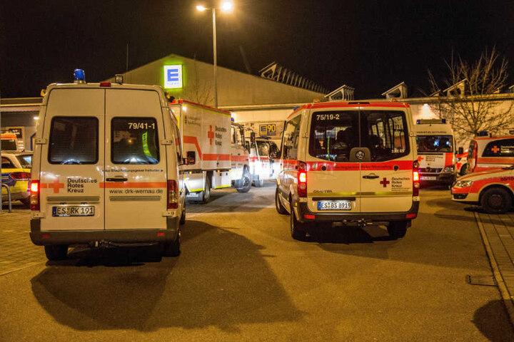 Der angrenzende Edeka-Markt wurde geräumt, zahlreiche Rettungskräfte hielten sich dort bereit.