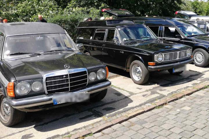 Leichenwagen gibt es in allen Formen und Farben. Vorzugsweise natürlich in Schwarz.