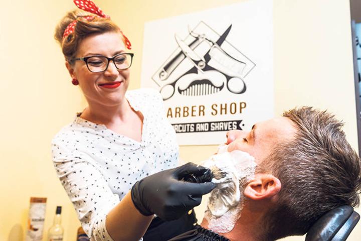Silvia Reinhardt (28) darf ihren Chef Björn Muster (35) nicht nur einseifen, sondern auch rasieren.