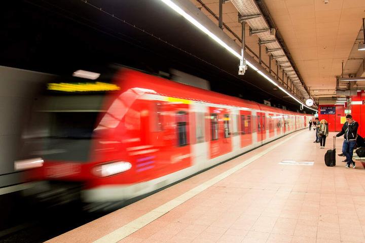 Der Mann kollabierte plötzlich in der S-Bahn. (Symbolbild)