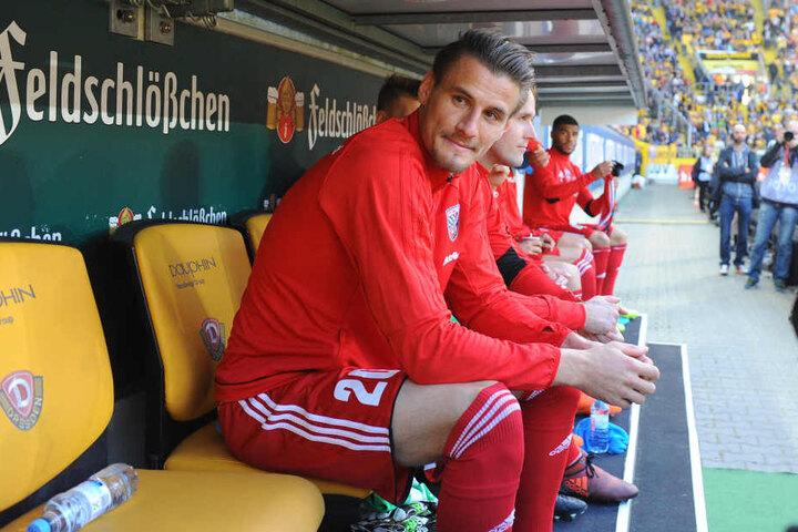 Stefan Kutschke saß zunächst nur auf der Bank, wurde in der 67. Minute unter einem gellenden Pfeifkonzert eingewechselt.