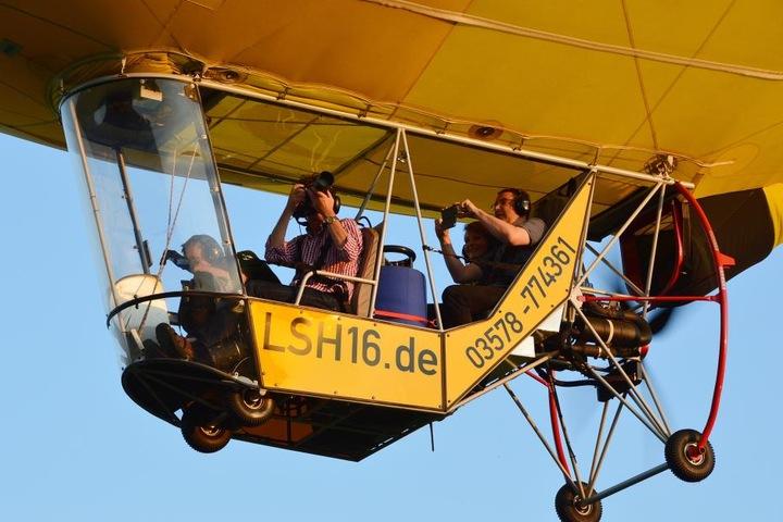 Luftig, aber einmalig schön: In der Kabine können neben dem Piloten drei  Passagiere Platz nehmen, werden angeschnallt.