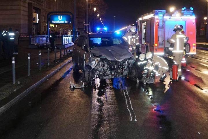Der total demolierte Mazda wurde nach dem Aufprall auf die Fahrbahn zurück geschleudert.