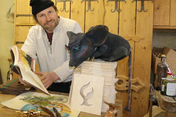 """Geschichtenschnitzer Swen Kaatz (46) zeigt sein Buch """"Der Geist des Kaffees"""". Ab Donnerstag stellt er den kunstvoll gestalteten Band auf der Leipziger Buchmesse vor."""