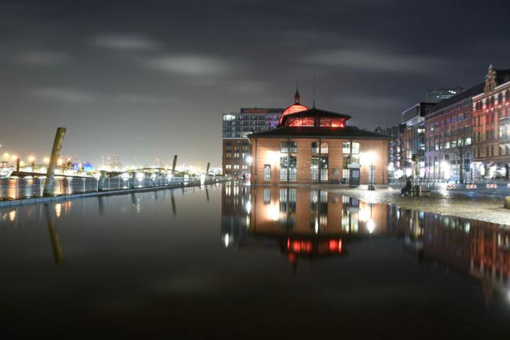 Der Fischmarkt war in der Nacht zu Mittwoch teilweise durch das Hochwasser der Elbe überschwemmt.