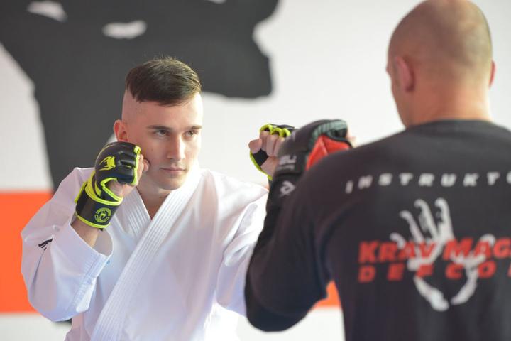 Vor der Karate-WM in Irland trainierte Benedikt Schult (24) fast täglich, unter anderem mit dem Inhaber der Chemnitzer Kampfsport-Akademie, Torsten Fischer (32, r.)