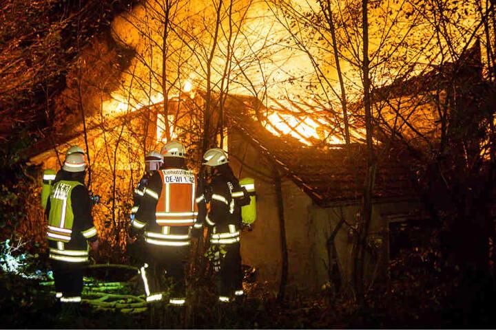 Die Feuerwehr hatte Schwierigkeiten, genügend Wasser an die entlegen Stelle zu bringen.