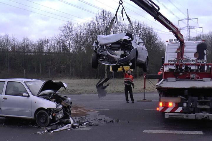 Die Autos wurden nach dem Unfall abgeschleppt.