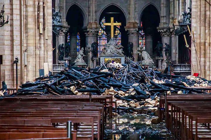 Trümmerteile und verkohlte Holzbalken liegen im Inneren der Kathedrale Notre-Dame. Ein Feuer verwüstete am 15. April die Pariser Kirche.