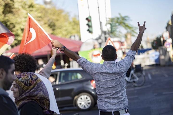 """Ein Anhänger am Berliner Straßenrand mit Türkenflagge zeigt ebenfalls die """"Wolfsschnauze""""."""