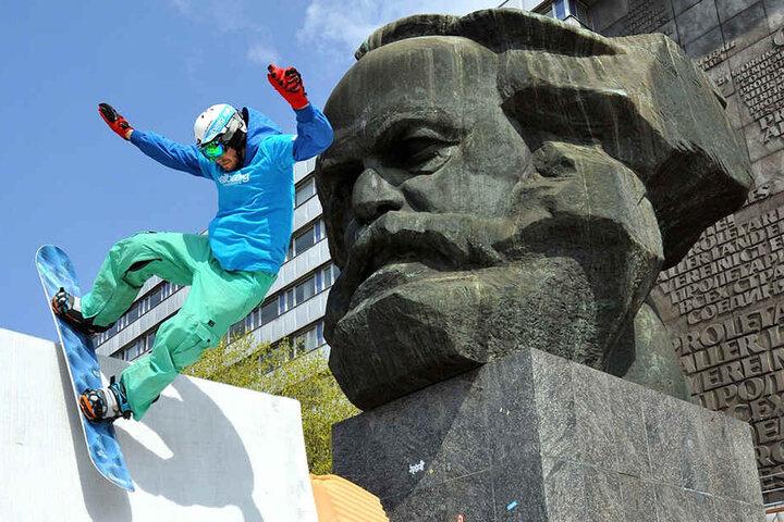 Snowboarden direkt am Karl-Marx-Kopf geht auch ohne Schnee - mit einer Textilpiste von Mr. Snow.