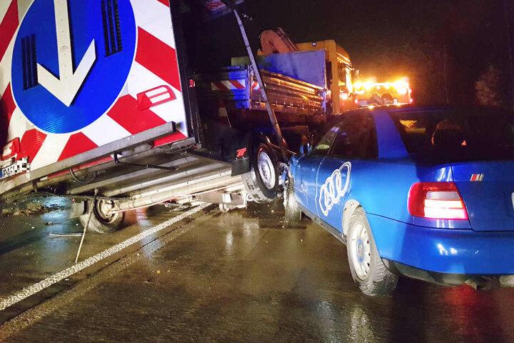 In den Verkehrsunfall auf der A93 war auch ein Verkehrsabsicherungsanhänger involviert.