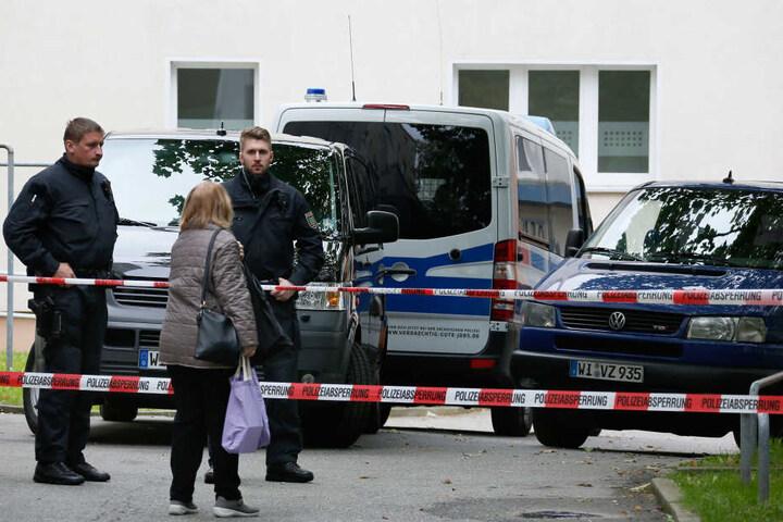 Noch sperrt die Polizei den Block in der Straße Usti nad Labem ab. Am Dienstag sollen die Mieter wieder in ihre Wohnungen ziehen.