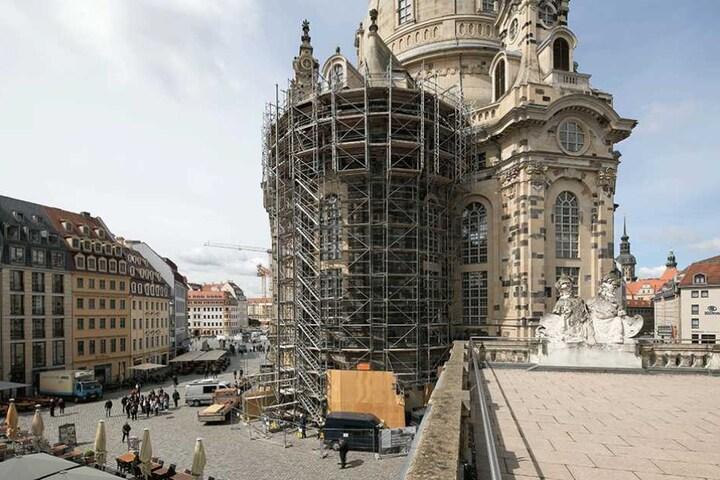 Erstmals seit 2004 steht wieder ein Gerüst an der Frauenkirche. Die Arbeiten sollen vorerst bis Sommer dauern.
