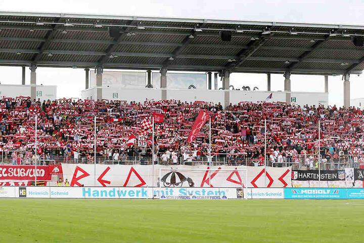 Alles in Ordnung: Die FSV-Fans dürfen ihre Red Kaos-Fahne wieder in allen - auch den bayrischen - Stadien aufhängen.