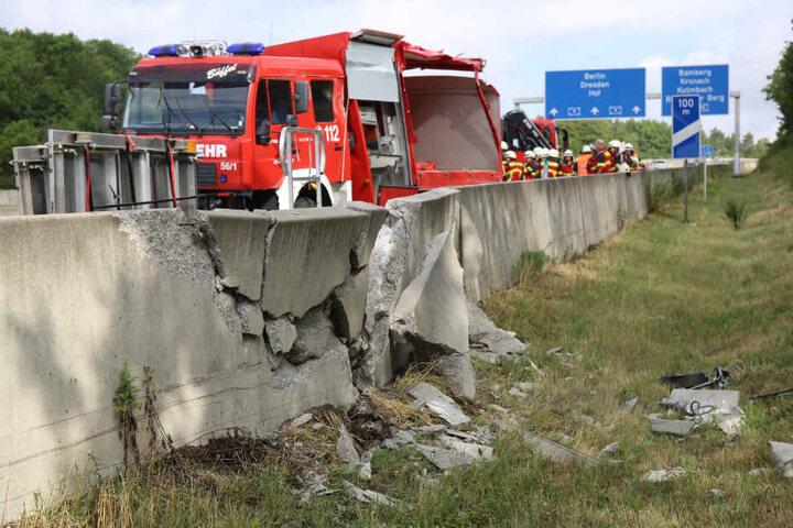 Die Betonleitplanke wurde durch die Wucht des Aufpralls zerstört.