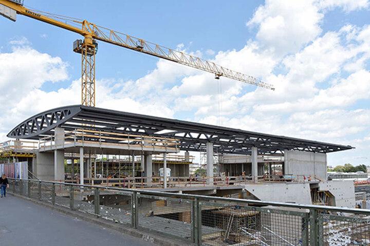 So sah es noch im Mai 2017 auf der Baustelle aus. Das Hauptgebäude nimmt endlich Gestalt an und ab August kann auch die erste Rolltreppe benutzt werden.