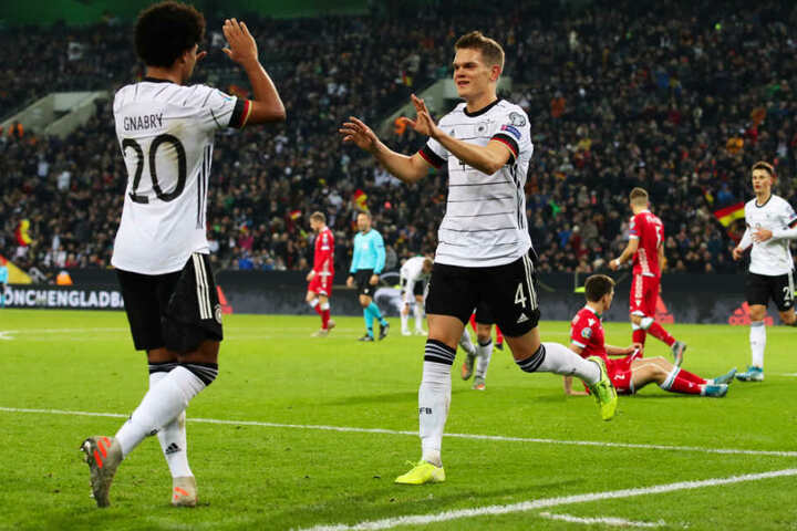 Matthias Ginter bedankt sich bei Serge Gnabry (l.) für die Vorlage zum 1:0.