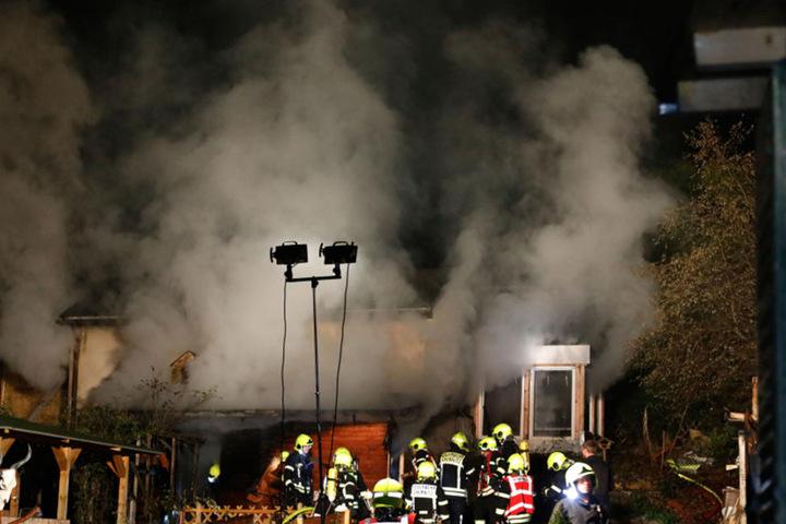 Die Frau (53) starb in den Flammen. Der männliche Bewohner konnte mit einer Rauchvergiftung gerettet werden.