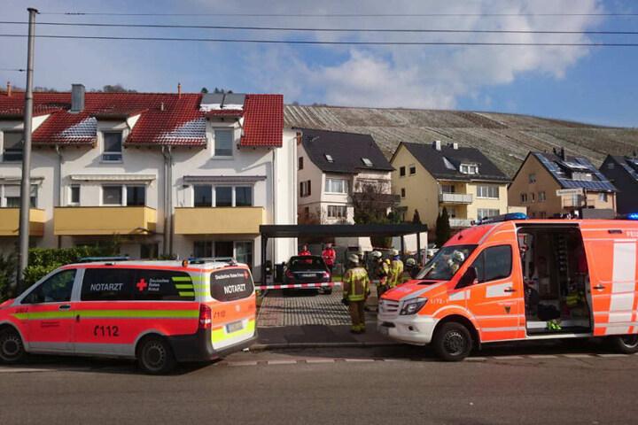 Die Einsatzkräfte haben das Gebiet um das Haus abgesperrt.