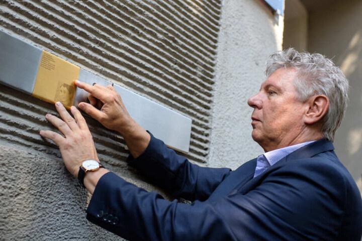Münchens Oberbürgermeister Dieter Reiter (SPD) bei der Enthüllung der ersten Erinnerungstafeln für die Opfer des Nationalsozialismus in München 2018. (Archiv)