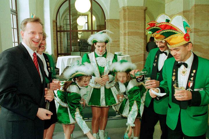 In den Neunzigern: Dresdens Ex-OB Dr. Herbert Wagner (69, li.) mit dem Präsidenten des Dresdner Carneval Clubs, Günter Bibrach (re.), und Gefolge.