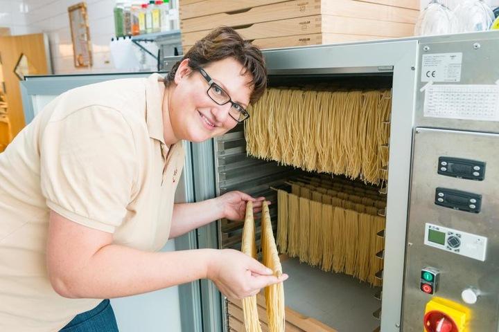 Melanie Prohl (37) hängt die Spaghetti zum Trocknen auf. Alle anderen Nudeln werden in flachen Kisten an der Luft getrocknet.