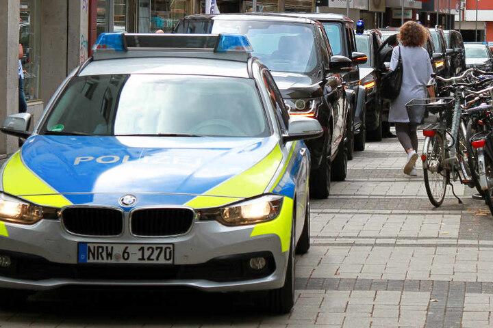 Die Kolonne aus Fahrzeugen stoppte an der Breiten Straße in Köln.