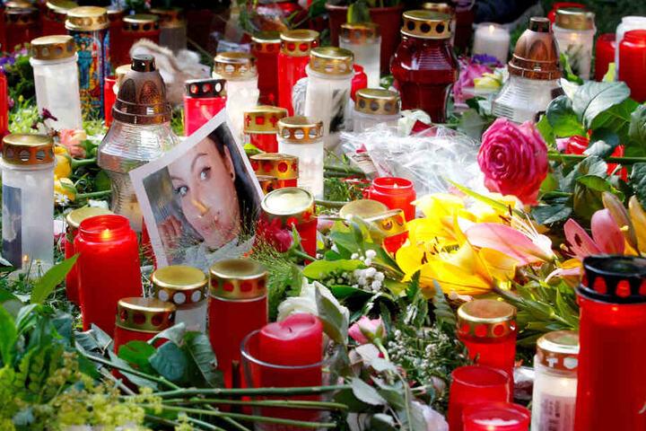 Mehrere hundert Menschen hatten nach einem Trauermarsch für das 15-jährige erstochene Viersener Mädchen Blumen und Kerzen abgelegt.